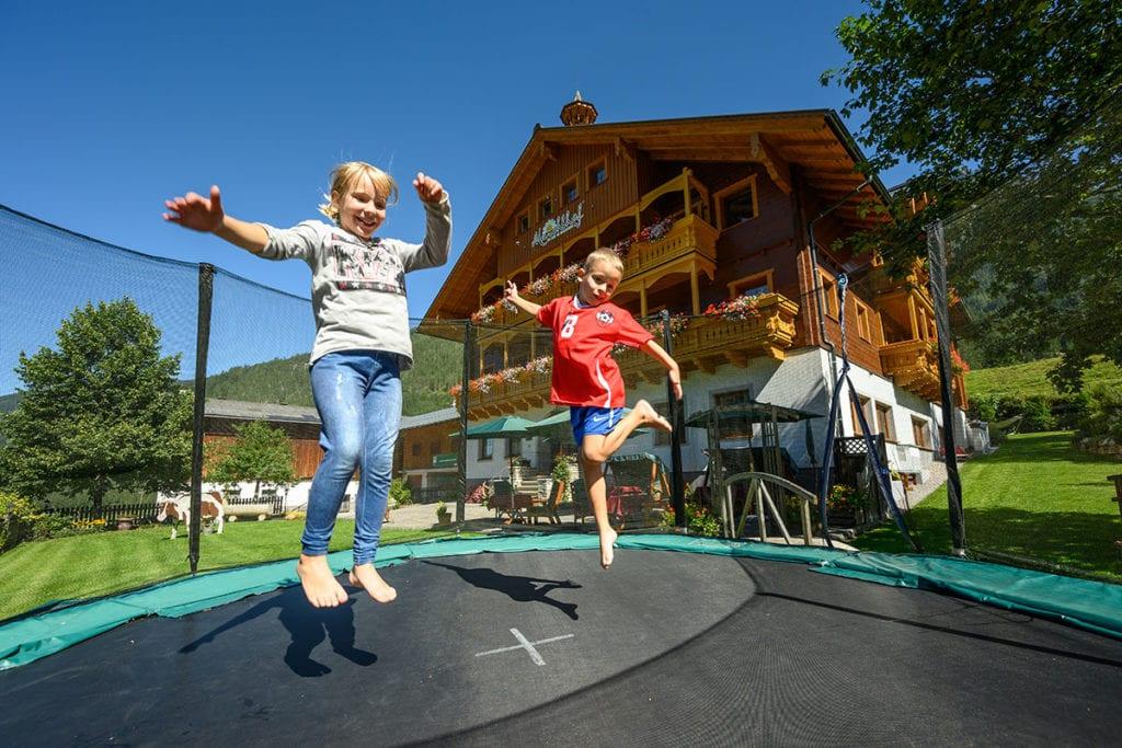 Spielplatz · Urlaub am Bauernhof Marchlhof in Untertauern, Salzburg