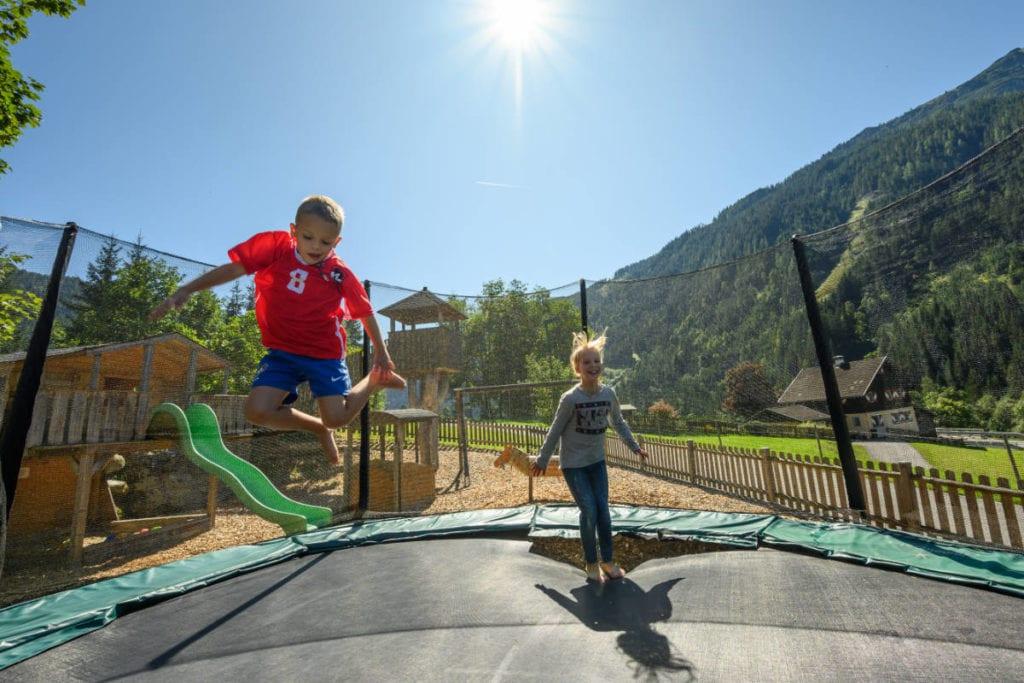 Trampolin · Familienurlaub & Urlaub am Bauernhof Marchlhof in Untertauern
